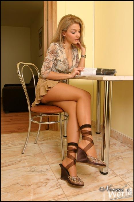 blonde-tan-pantyhose-01