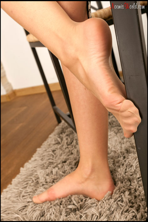 Amazing-Lea-in-nude-pantyhose-06