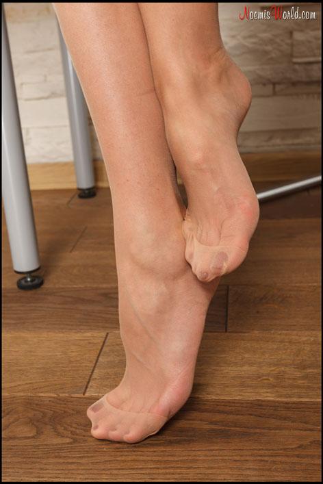 Beautiful-Flavia-in-nude-nylons-07