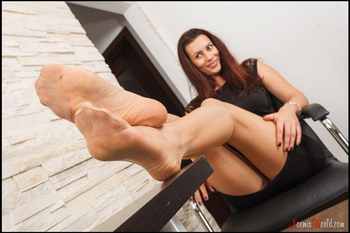 Beautiful-Flavia-in-nude-nylons-12
