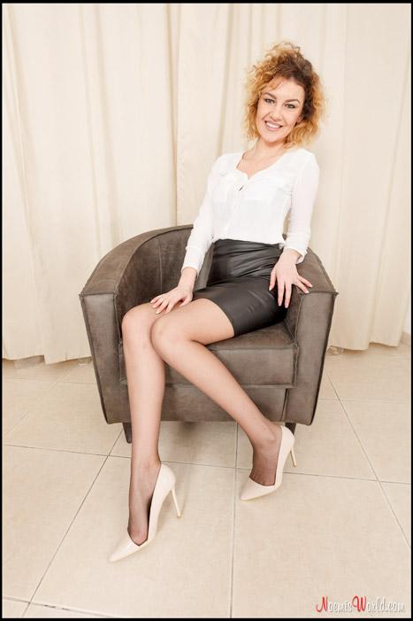 Roberta-Curly-blonde-in-grey-pantyhose-01
