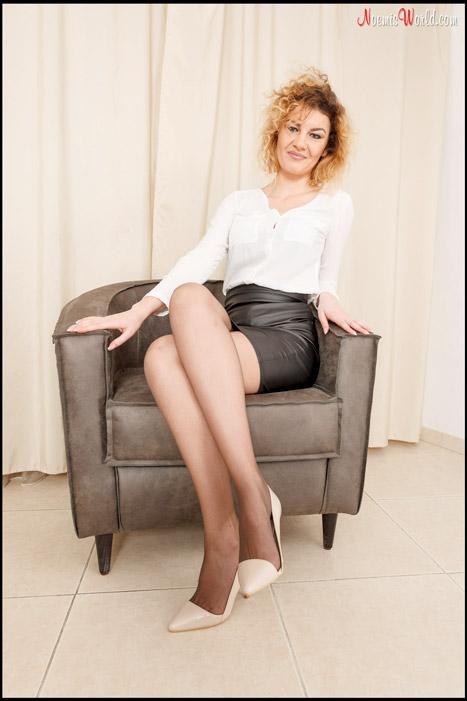 Roberta-Curly-blonde-in-grey-pantyhose-03