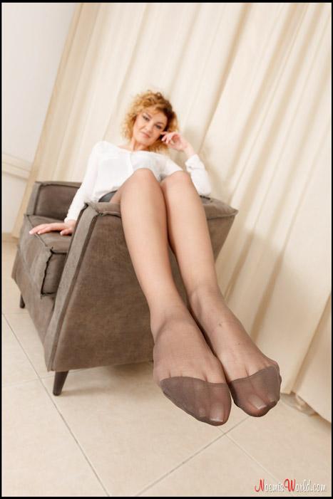 Roberta-Curly-blonde-in-grey-pantyhose-14