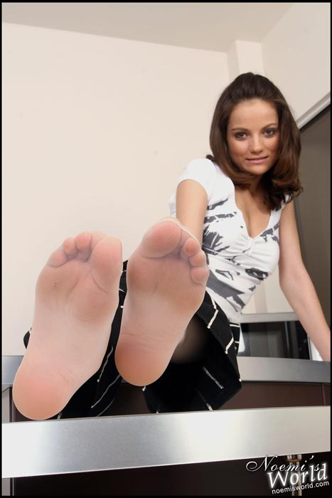 white-pantyhosed-soles-02