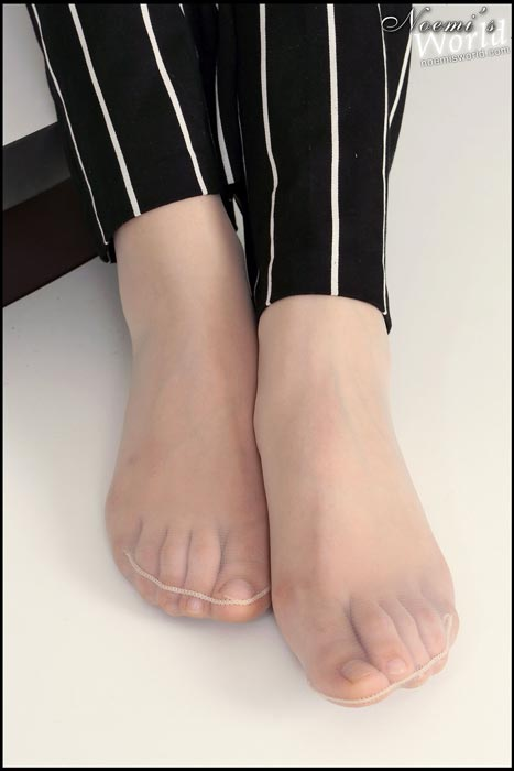 white-pantyhosed-soles-13