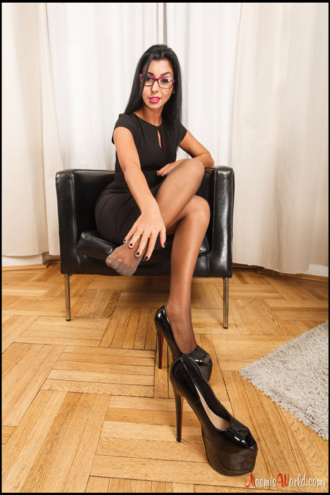 Brunette-with-glasses-in-grey-pantyhose-05