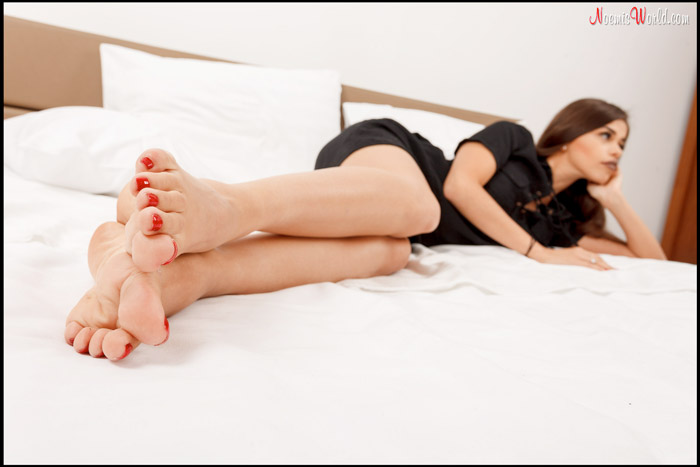 Cute-Amy-wiggling-her-long-toes-07