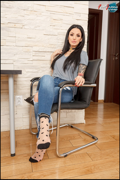 Isis-Sexy-tattooed-girl-with-nylon-socks-01