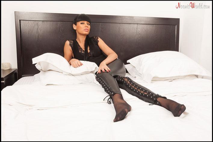 Sexy-brunette-Arlene-in-black-pantyhose-01