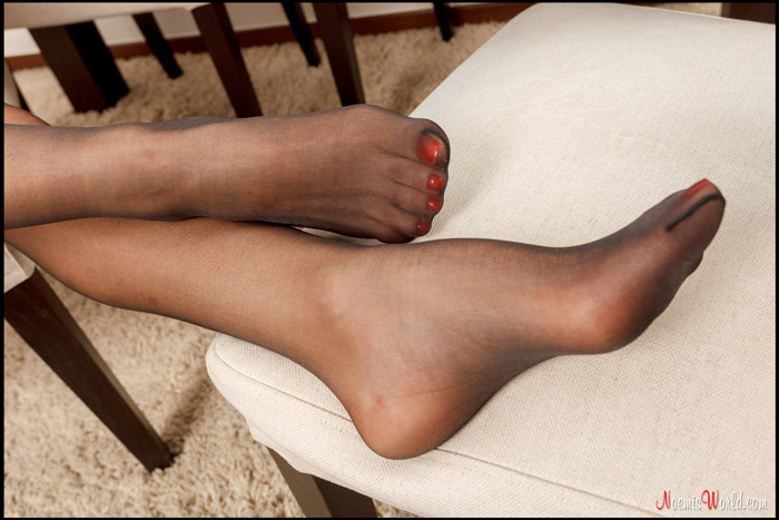 Young-Lisbeth-in-black-nylons-08