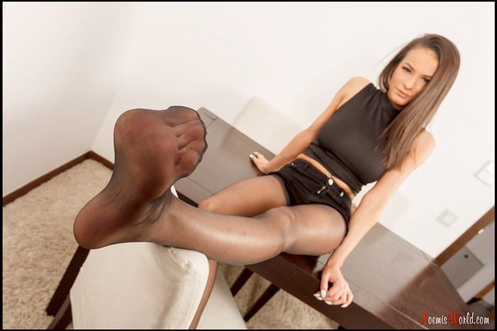 Young-Lisbeth-in-black-nylons-13
