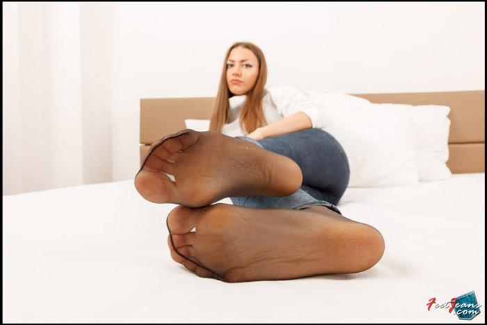 Drew-in-jeans-and-black-pantyhose-03